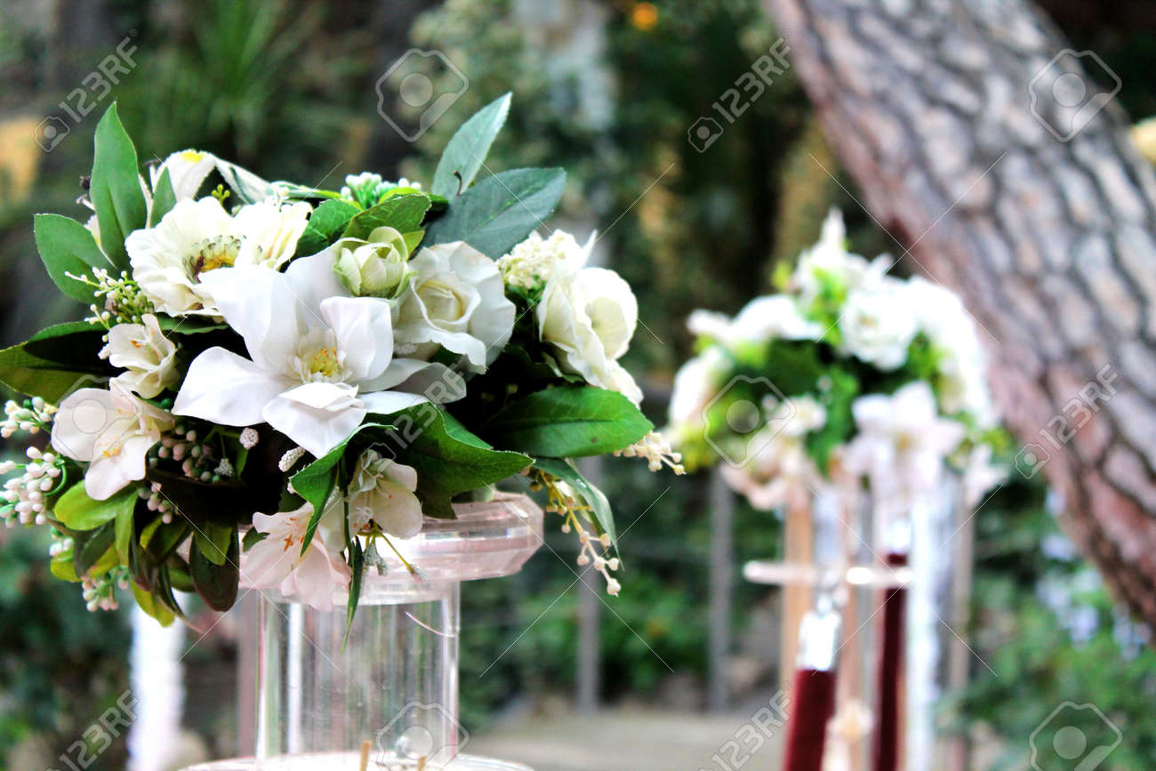 bouquets of white flowers outdoors - 152289387