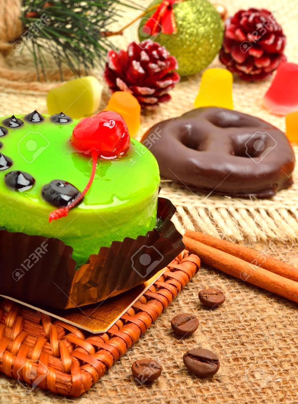 Weihnachten Leckeren Grunen Kuchen Mit Kirsche Und Zimtstangen Auf