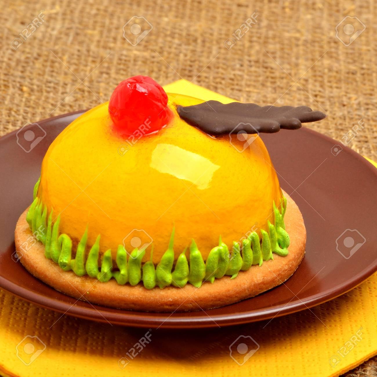 Weihnachten Kostliche Gelben Kuchen Mit Kirsche Auf Keramiktasse Auf