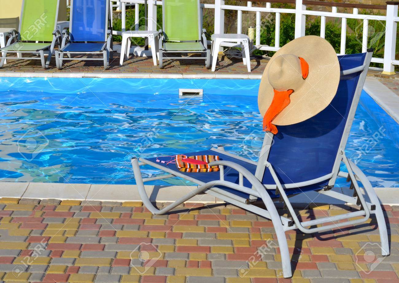 Chaise-longue and beach accessories near the pool. - 71998270