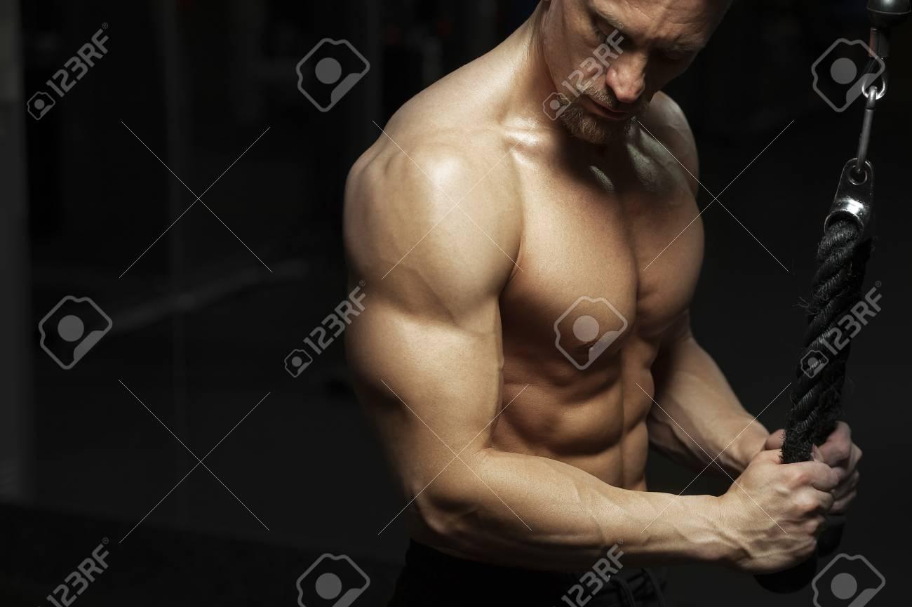 die-fitness-model-posiert-nackt-rumaenische