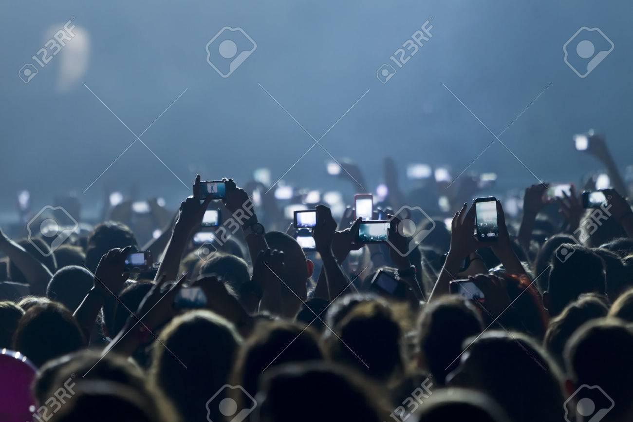 Thessaloniki, Griechenland, 8. Mai 2014: Die Leute, die Fotos mit Touch-Smartphone in einem Musik-Konzert live auf der Bühne für die Ace of Heart-Tour bei Sportarena in Thessaloniki. Standard-Bild - 28272419