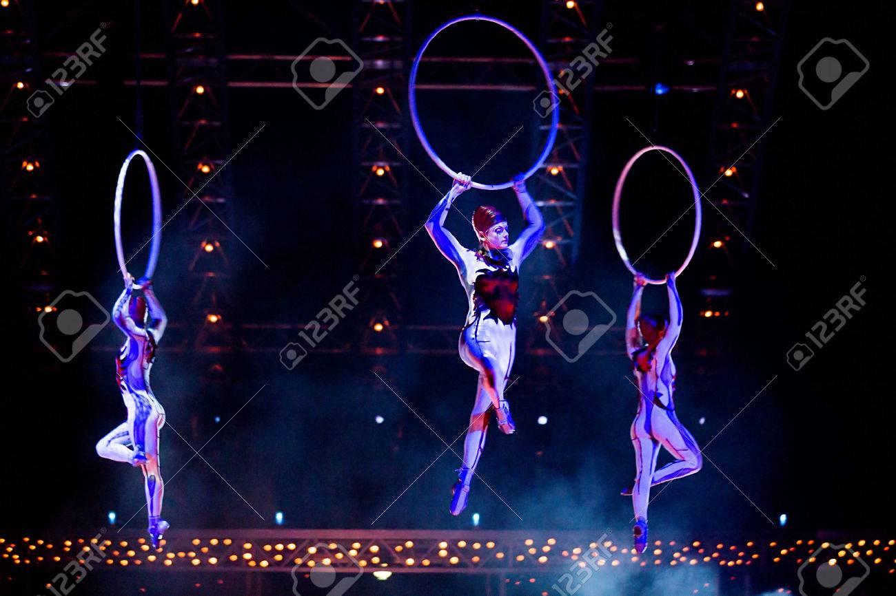 THESSALONIKI, GREECE - OCTOBER, 1, 2014: Performers skipping Rope at Cirque du Soleil's show 'Quidam' Standard-Bild - 32477501