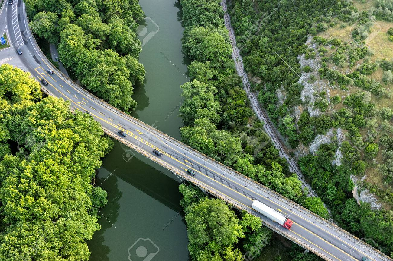 Aerial view of the bridge and the road over the river Pinios in the green valley of Tempe in Greece Banque d'images - 40557168