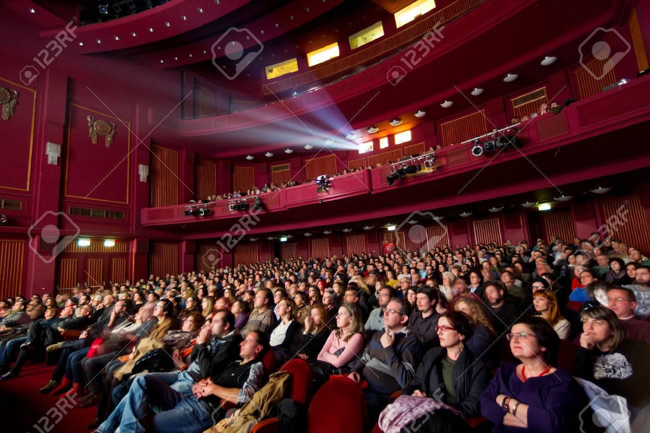 THESSALONIQUE - GRECE 31 OCTOBRE 2014: Les gens au cours de la cérémonie du Festival de Thessalonique 55e International Film d'ouverture au Cinéma Olympion Banque d'images - 41297630