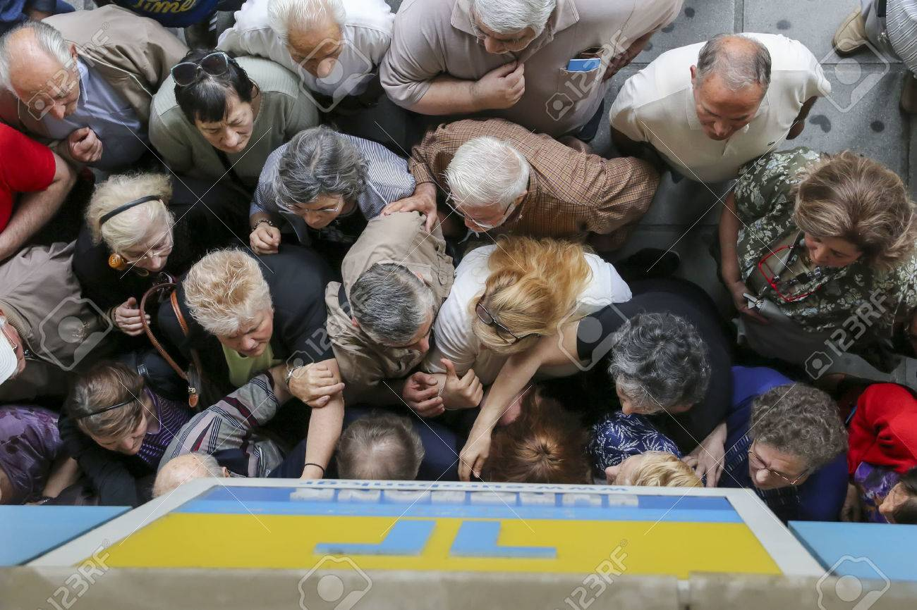 THESSALONIKI, GREECE, JULY, 1 2015: Pensioners queue outside a National Bank branch as banks only opened for the retired to allow them to cash up to 120 euros in Athens Standard-Bild - 41768942