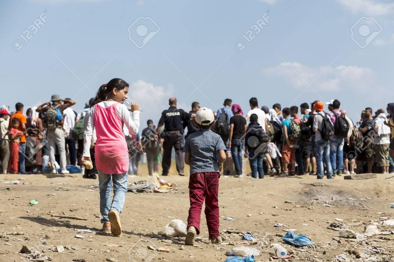 Idomeni, Griechenland - 19. August 2015: Hunderte von Immigranten in einer Wartezeit an der Grenze zwischen Griechenland und der ehemaligen jugoslawischen Republik Mazedonien wartet auf die richtige Zeit, um ihre Reise von unbewachten Passagen weiter Standard-Bild - 44215097