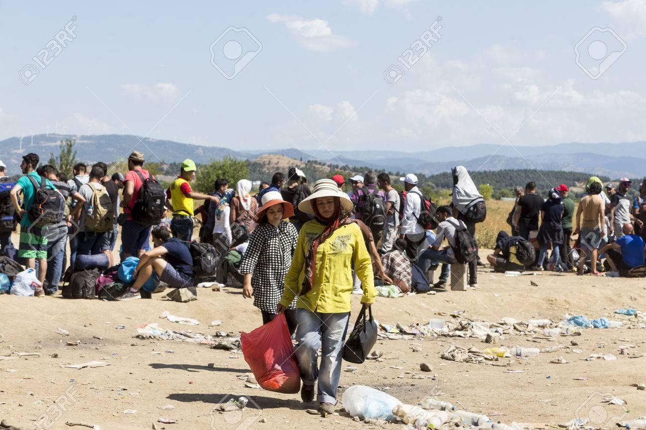 Idomeni, Griechenland - 19. August 2015: Hunderte von Immigranten in einer Wartezeit an der Grenze zwischen Griechenland und der ehemaligen jugoslawischen Republik Mazedonien wartet auf die richtige Zeit, um ihre Reise von unbewachten Passagen weiter Standard-Bild - 44215107