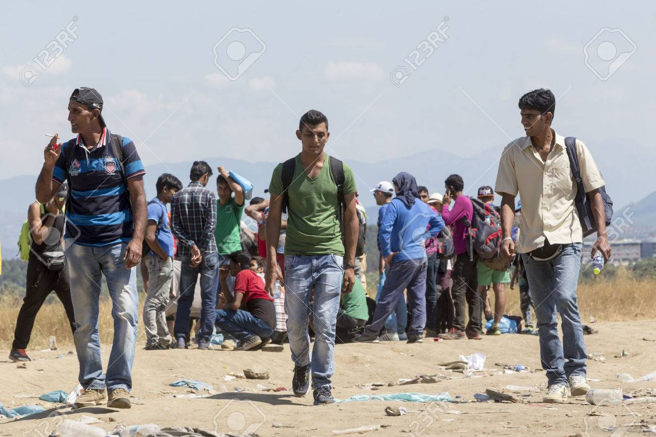 Idomeni, Grèce - le 19 Août, 2015: des centaines d'immigrants sont dans une attente à la frontière entre la Grèce et l'ARYM en attendant le bon moment pour continuer leur voyage à partir de passages non gardés Banque d'images - 44215123