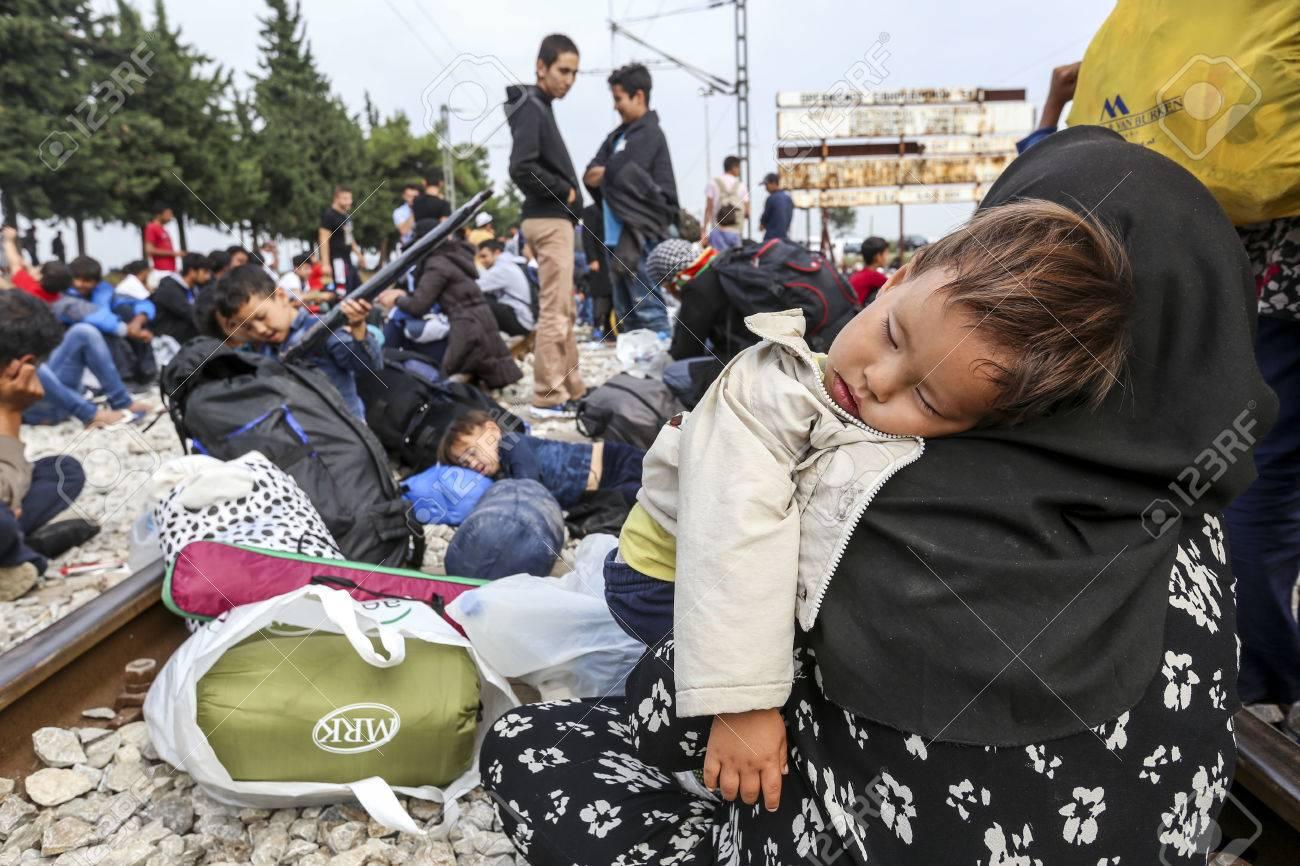 Idomeni, Griechenland - 24. September 2015: Hunderte von Immigranten in einer Wartezeit an der Grenze zwischen Griechenland und der ehemaligen jugoslawischen Republik Mazedonien wartet auf die richtige Zeit, um ihre Reise von unbewachten Passagen weiter Standard-Bild - 45566661