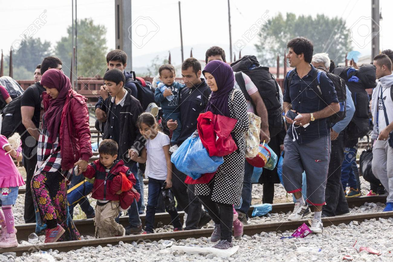 Idomeni, Griechenland - 24. September 2015: Hunderte von Immigranten in einer Wartezeit an der Grenze zwischen Griechenland und der ehemaligen jugoslawischen Republik Mazedonien wartet auf die richtige Zeit, um ihre Reise von unbewachten Passagen weiter Standard-Bild - 45566302
