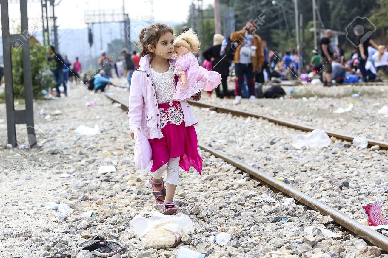 Idomeni, Griechenland - 24. September 2015: Hunderte von Immigranten in einer Wartezeit an der Grenze zwischen Griechenland und der ehemaligen jugoslawischen Republik Mazedonien wartet auf die richtige Zeit, um ihre Reise von unbewachten Passagen weiter Standard-Bild - 45566669