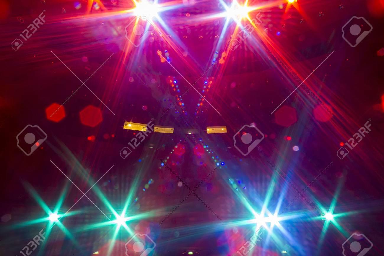 Informieren Sie sich über das von dem beleuchteten leeren Konzertbühne zu dem dunklen Zuschauerraum Standard-Bild - 47030246