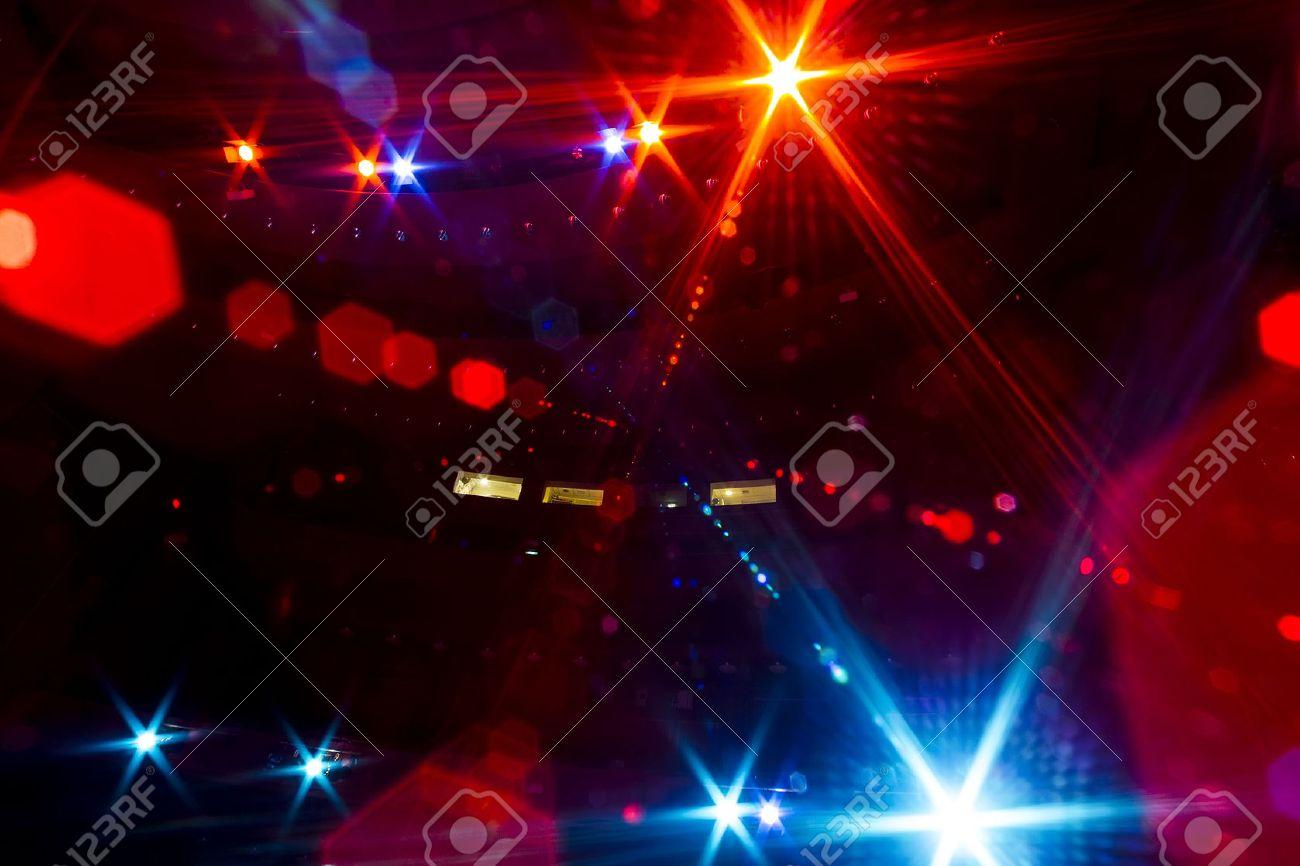 Informieren Sie sich über das von dem beleuchteten leeren Konzertbühne zu dem dunklen Zuschauerraum Standard-Bild - 47030500