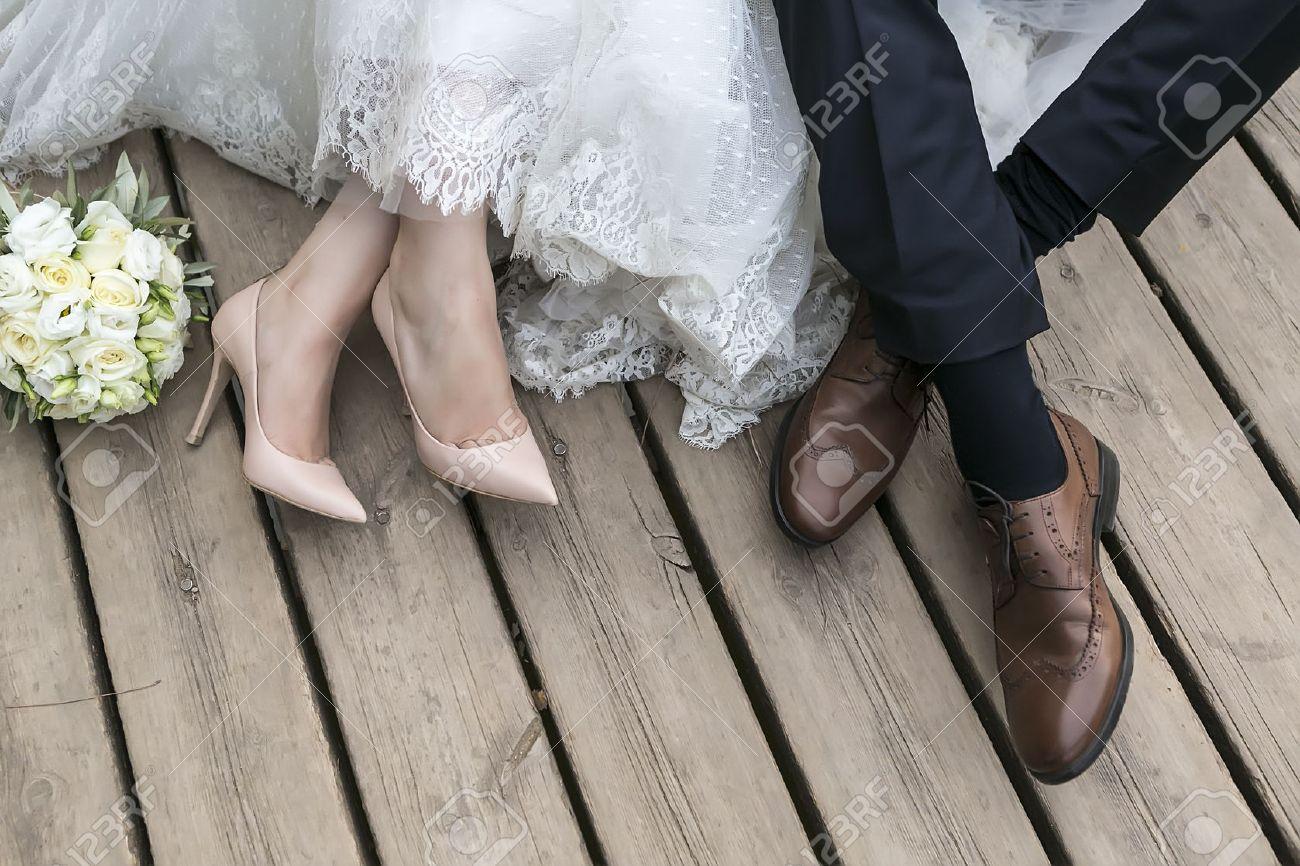 Füße von Braut und Bräutigam, Hochzeitsschuhe (Soft-Fokus). Überqueren Sie bearbeitete Bild für Vintage-Look Standard-Bild - 47701554