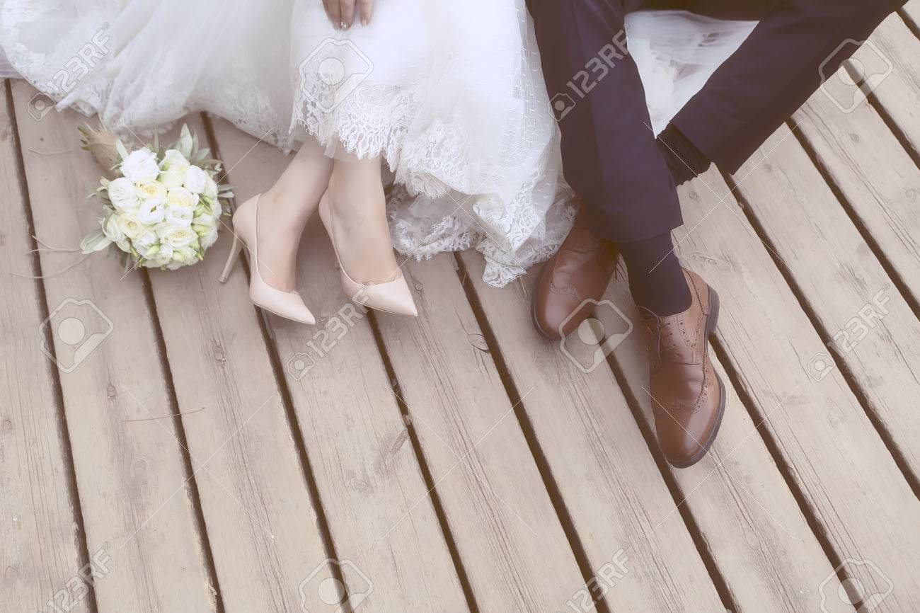 feet of bride and groom, wedding shoes (soft focus). Cross processed image for vintage look Banque d'images - 47701560