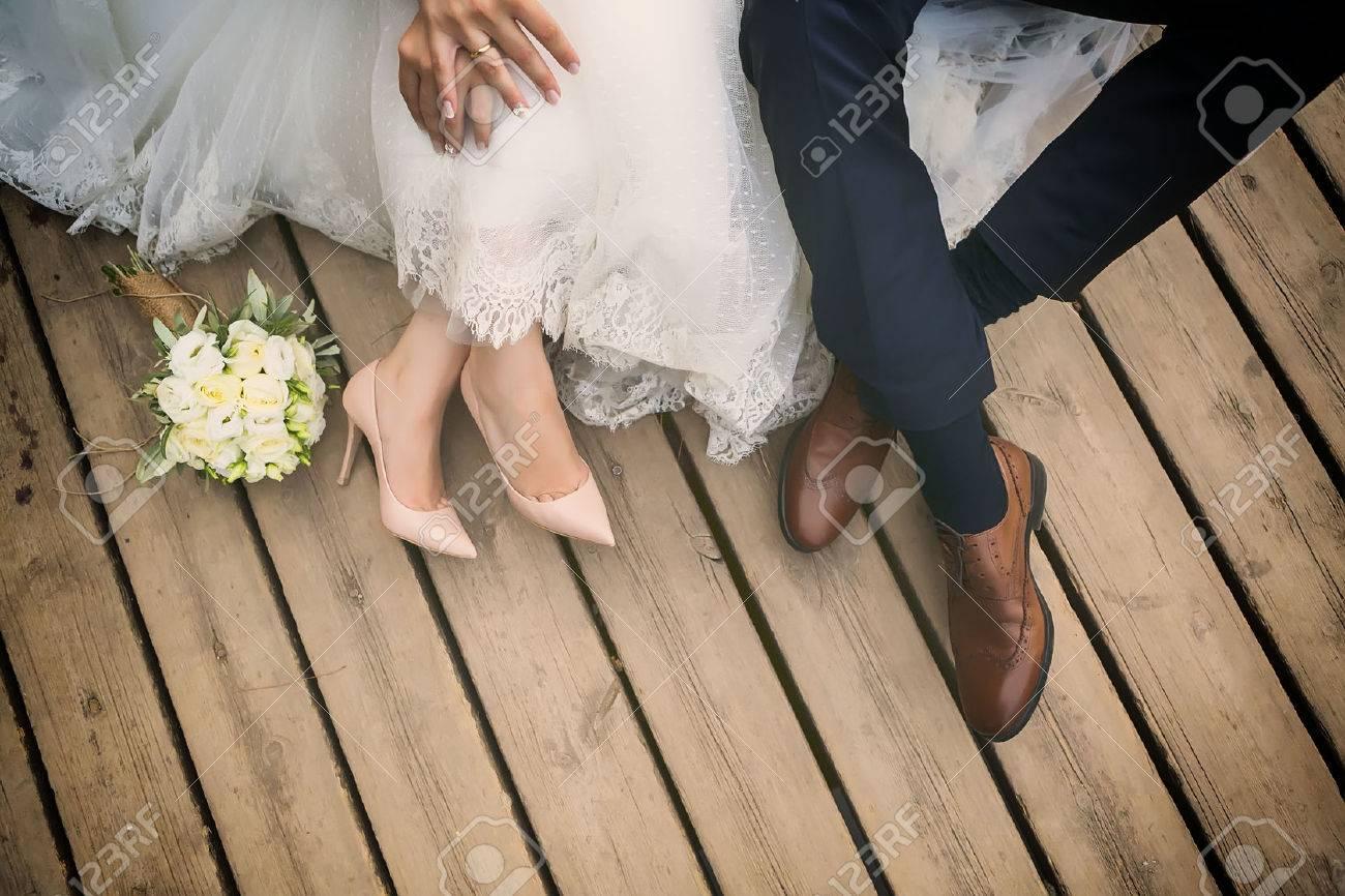 pieds de mariée et le marié, chaussures de mariage (soft focus). Traversez image traitée pour look vintage Banque d'images - 47701590