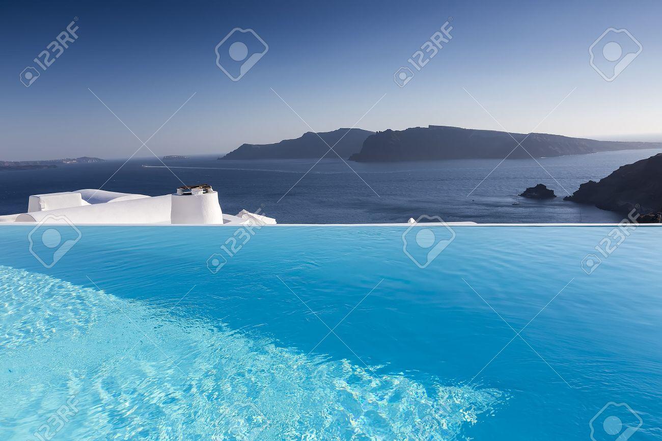 Luxus-Resort Schwimmbad in Santorini, Griechenland Standard-Bild - 48307901