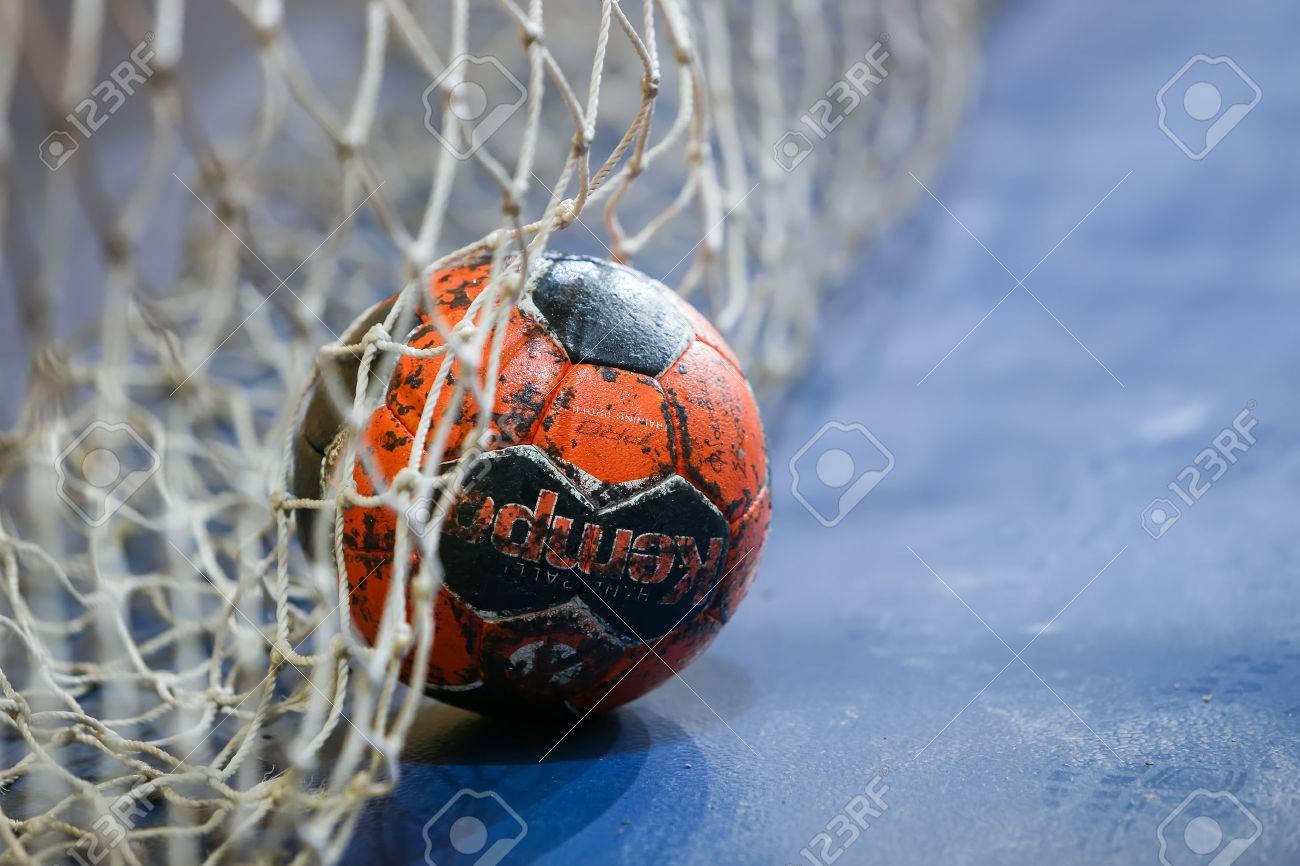 Thessalonique, Grèce - 13 Février, 2016: balle de handball sur le poteau net avant le match de handball Arta Coupe de Grèce Femmes Finale vs Nea Ionia Banque d'images - 53090997