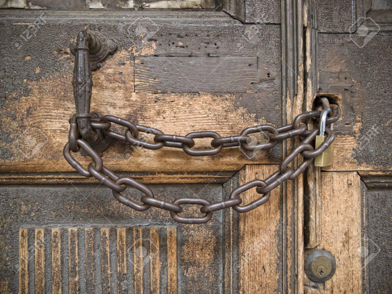Bon Samedi 13496998-cluse-ferm-e-avec-une-cha-ne-sur-une-vieille-porte-en-bois-Banque-d'images