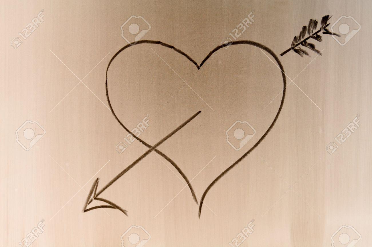 Quelqu un tirer symbole de l amour sur le bureau de l école