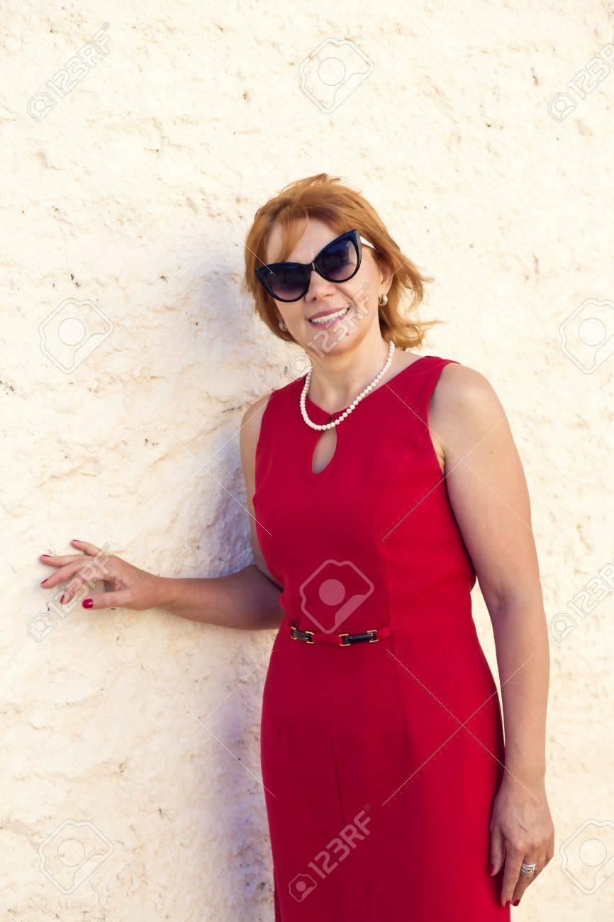 Mujer Madura En Vestido Rojo Sonríe Ampliamente
