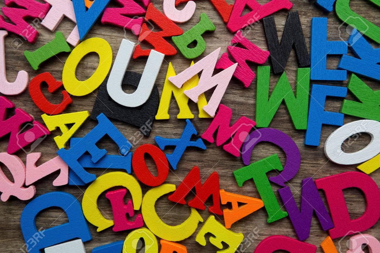 Lettere Di Legno Colorate : Superficie coperta con più lettere di legno colorate come