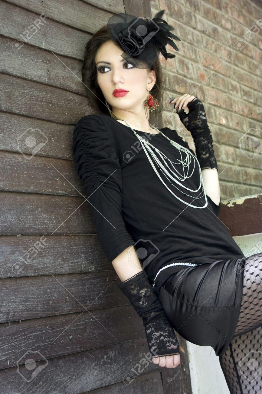 Fille Dans Un Look Inspire Gothique Avec Un Chapeau Et Une Coiffure