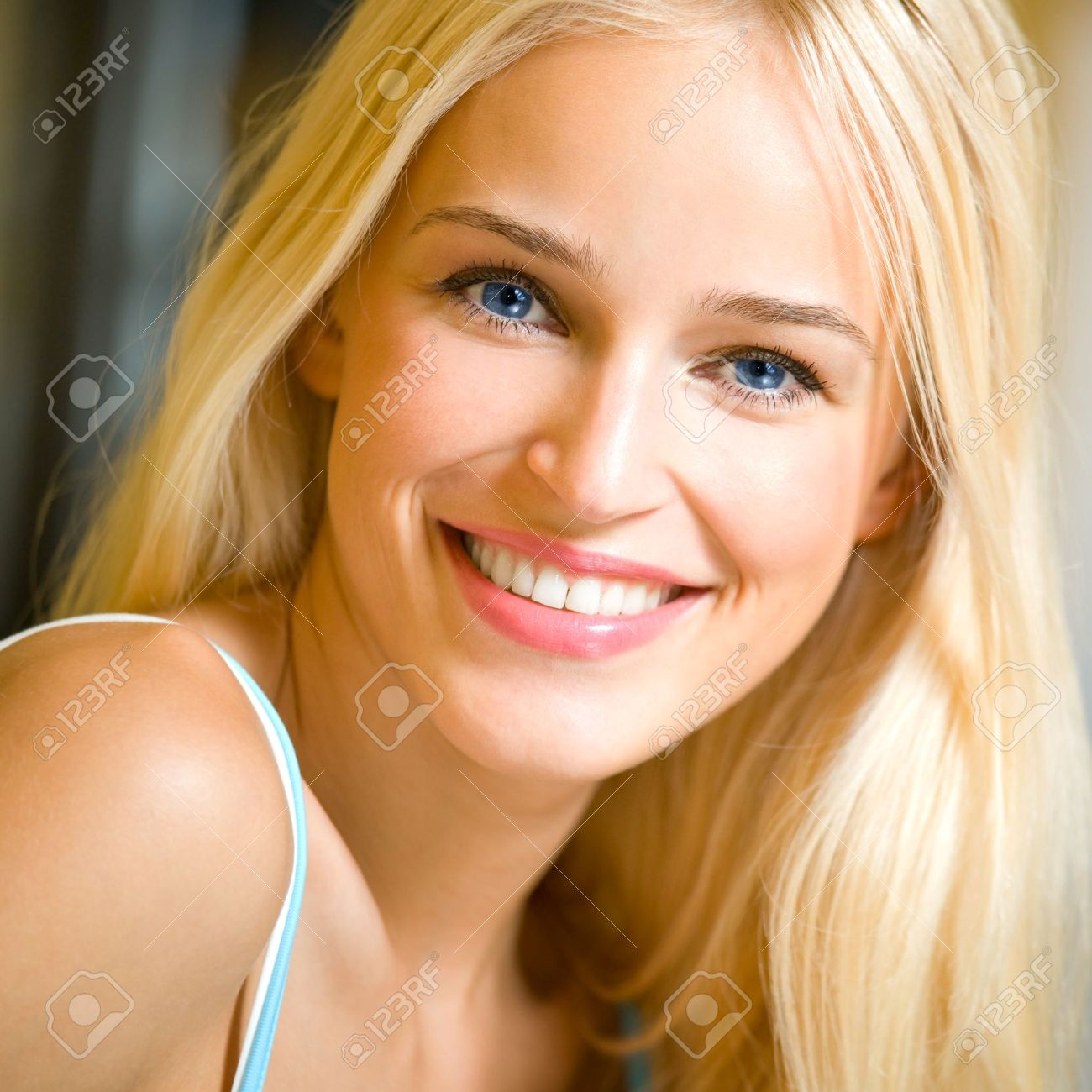 Belle Blond portrait of happy cheerful smiling young beautiful blond woman