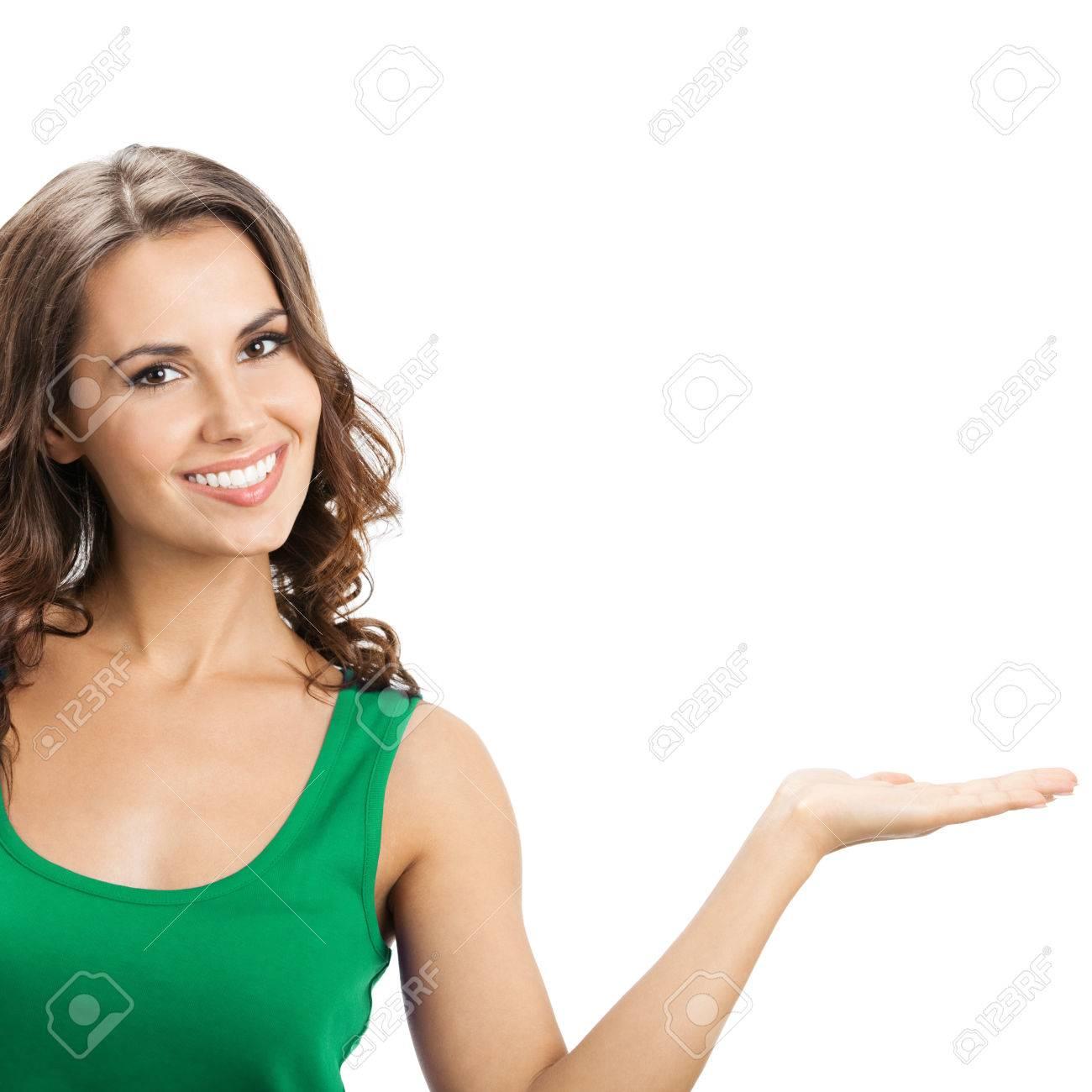41841f4bb807 Feliz sonriente mujer joven hermosa que muestra copyspace o algo así, en  ropa casual elegante verde, aislado sobre fondo blanco