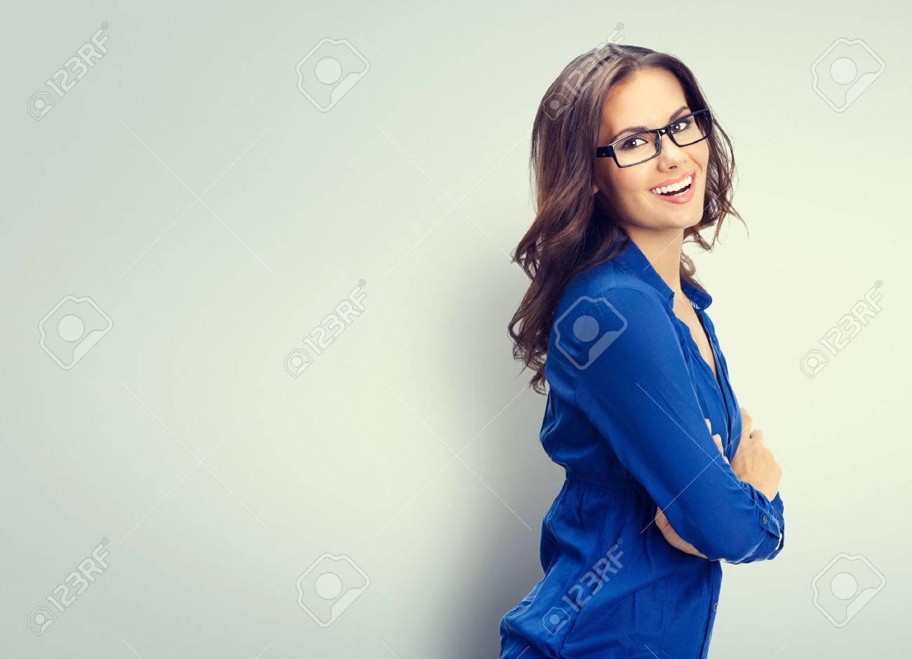 Enthousiaste souriante jeune femme d'affaires dans des verres, avec une zone de copyspace vierge pour slogan ou texte Banque d'images - 41223488