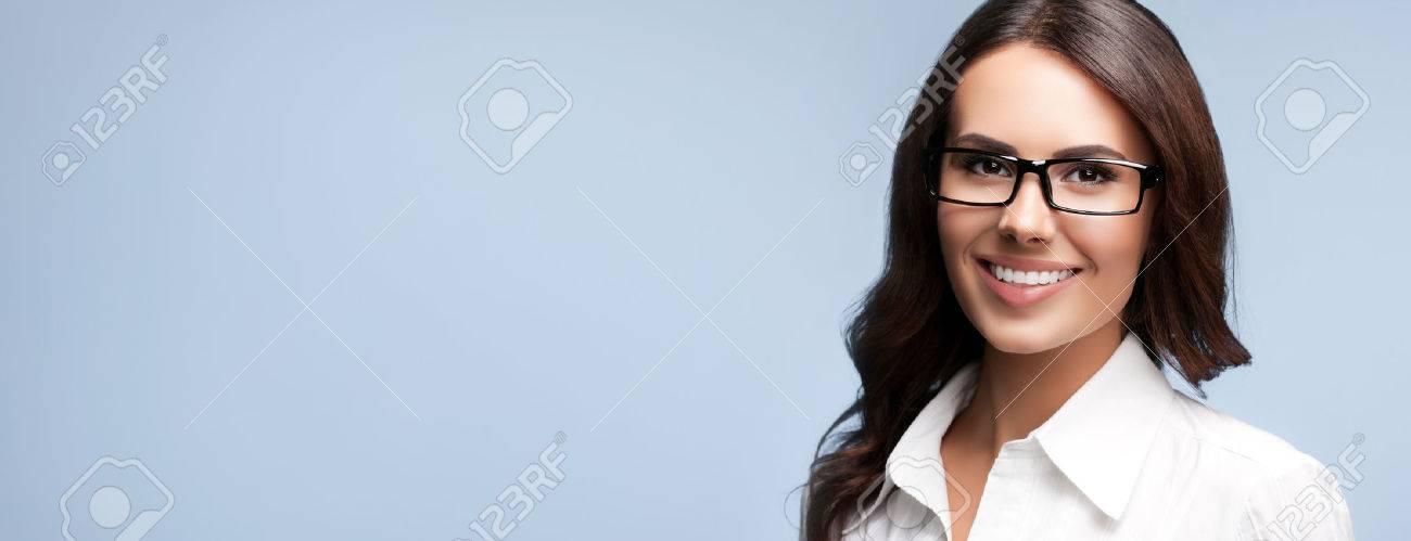 Portrait de sourire heureux d'affaires brune dans des verres, sur fond gris Banque d'images - 42486279