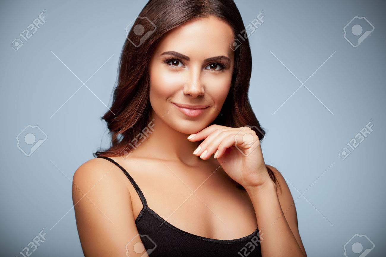 Portrait de la pensée jeune femme en noir débardeur vêtements, sur fond gris Banque d'images - 44407395