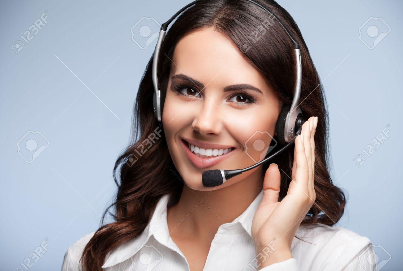 Portrait de sourire heureux de soutien à la clientèle opérateur de téléphonie féminin dans le casque, sur fond gris. Conseil et de service d'assistance du centre d'appels. Banque d'images - 44402178
