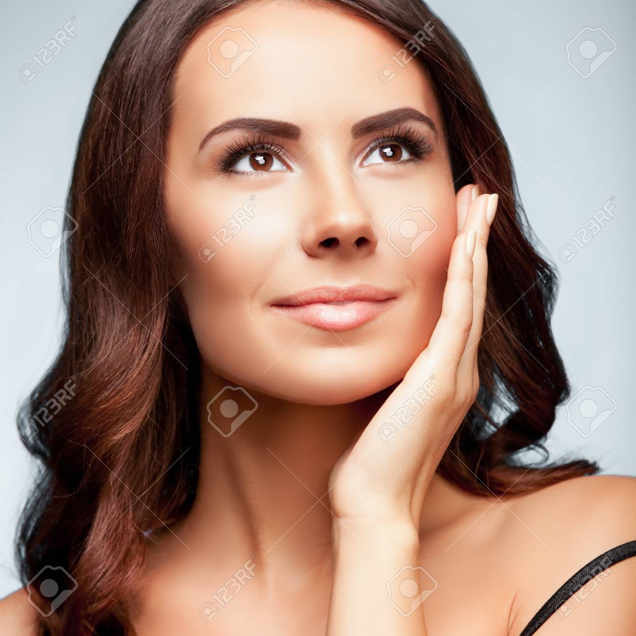 8818d458955c Archivio Fotografico - Ritratto di bella giovane donna che osserva in su
