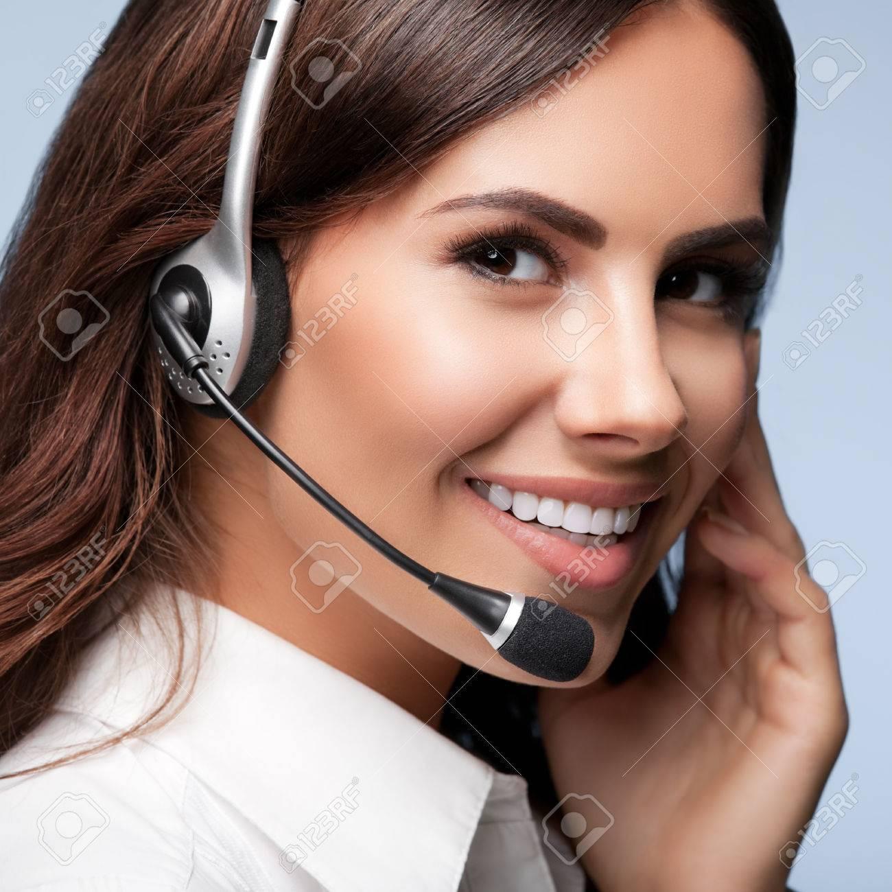 soutien à la clientèle opérateur de téléphonie dans le casque, sur fond gris. Conseil et de service d'assistance du centre d'appels. Banque d'images - 45332849