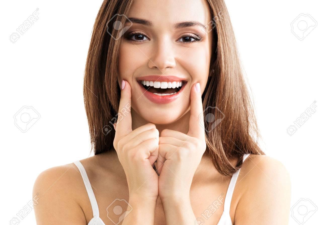Jeune femme montrant le sourire, dans les vêtements chic et décontracté, isolé sur fond blanc. brunette modèle caucasien emoshions et optimiste, positif, sentiment de bonheur concept de studio de tournage. Banque d'images - 64591580