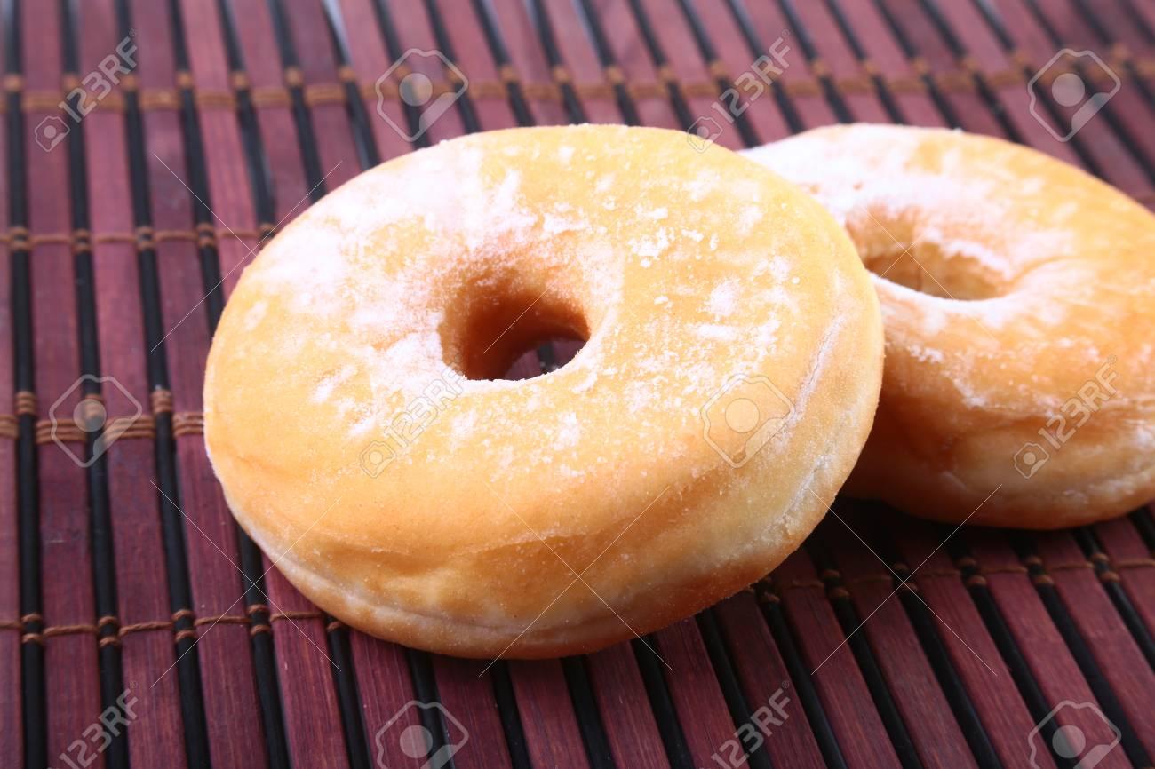 Hausgemachte Donuts Mit Gelee Gefullte Und Puderzucker Auf Bambus