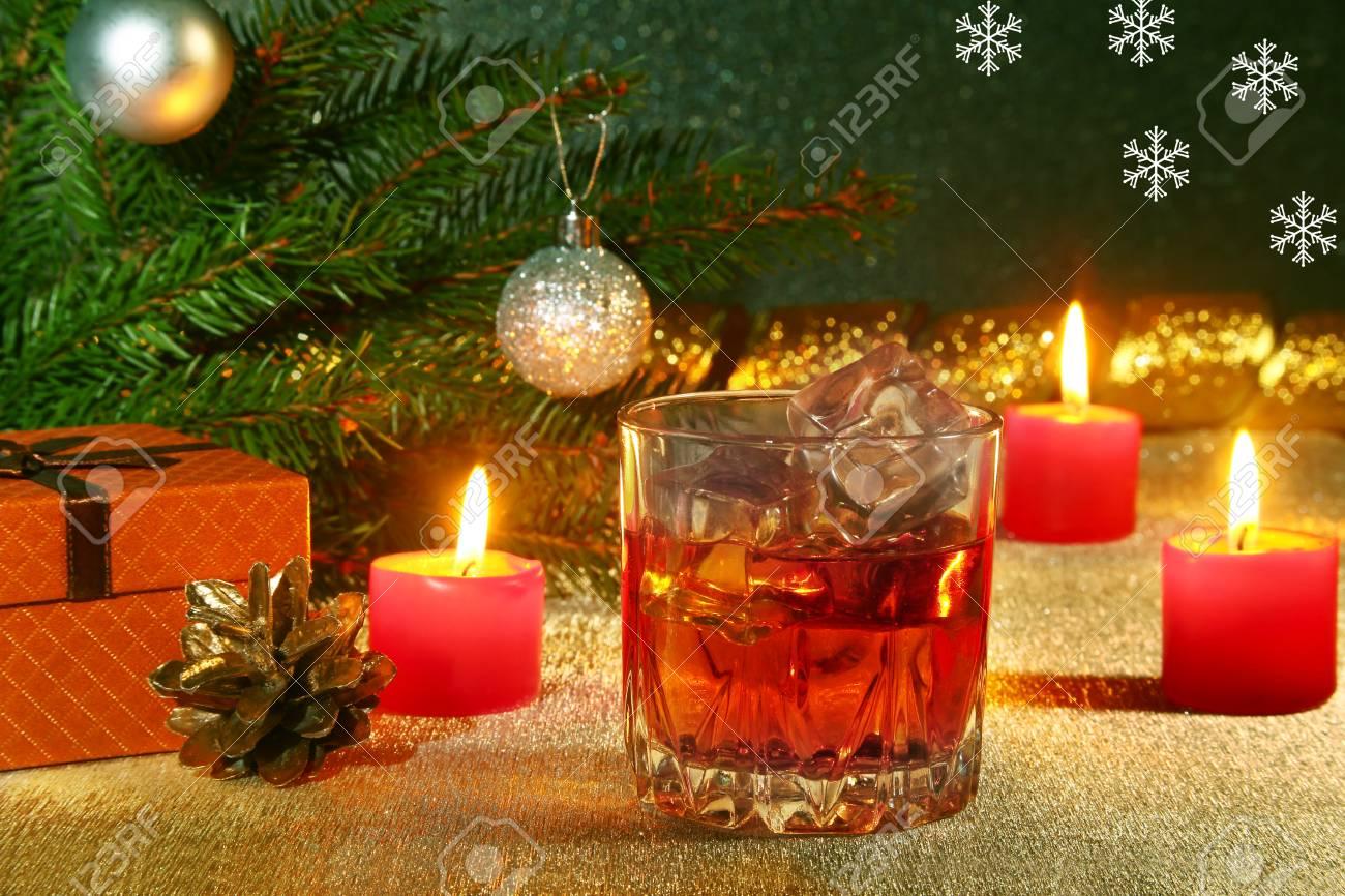 Decorare Candele Di Natale : Decorazione di natale con un bicchiere di whisky o cognac candele