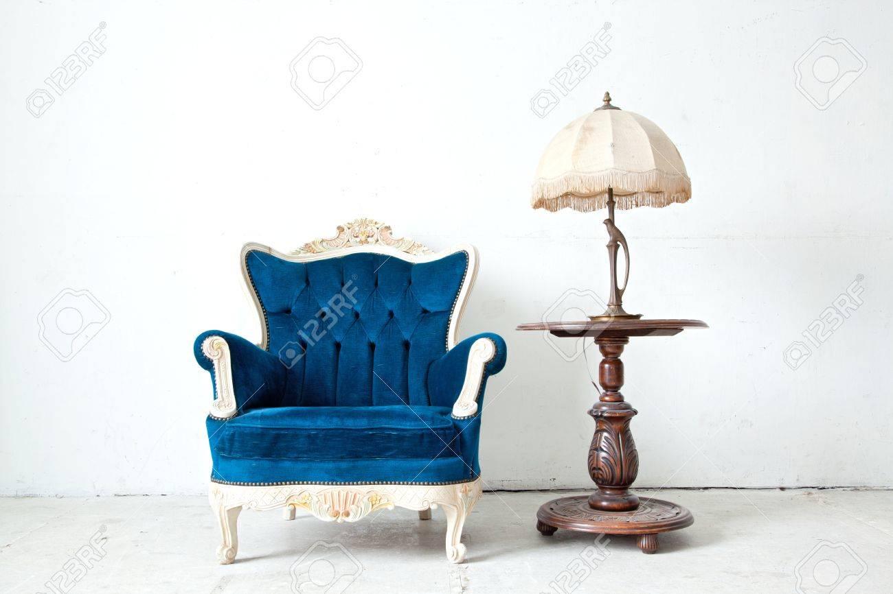 Bleu canapé classique canapé de style fauteuil dans la chambre