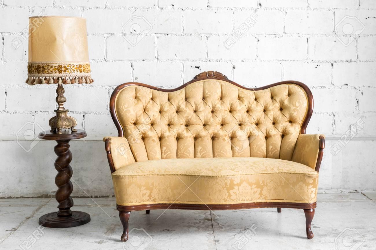 Brown style classique fauteuil canapé lit dans la chambre vintage