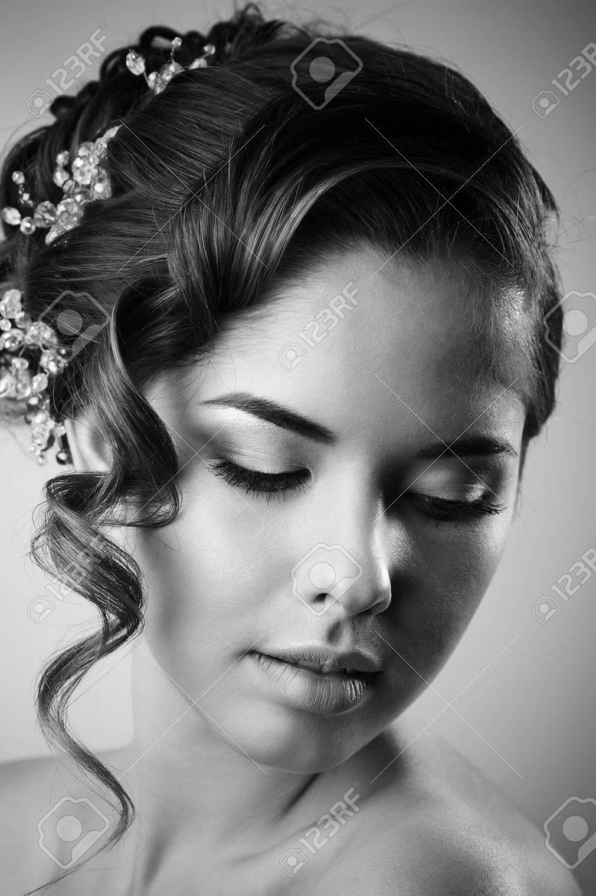 Banque dimages , Studio de portrait de mariée gaie, avec un maquillage parfait et la coiffure. Noir et blanc.