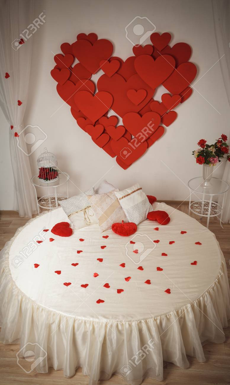 Interior Romántico Con Cama Redonda Y Corazones En La Pared