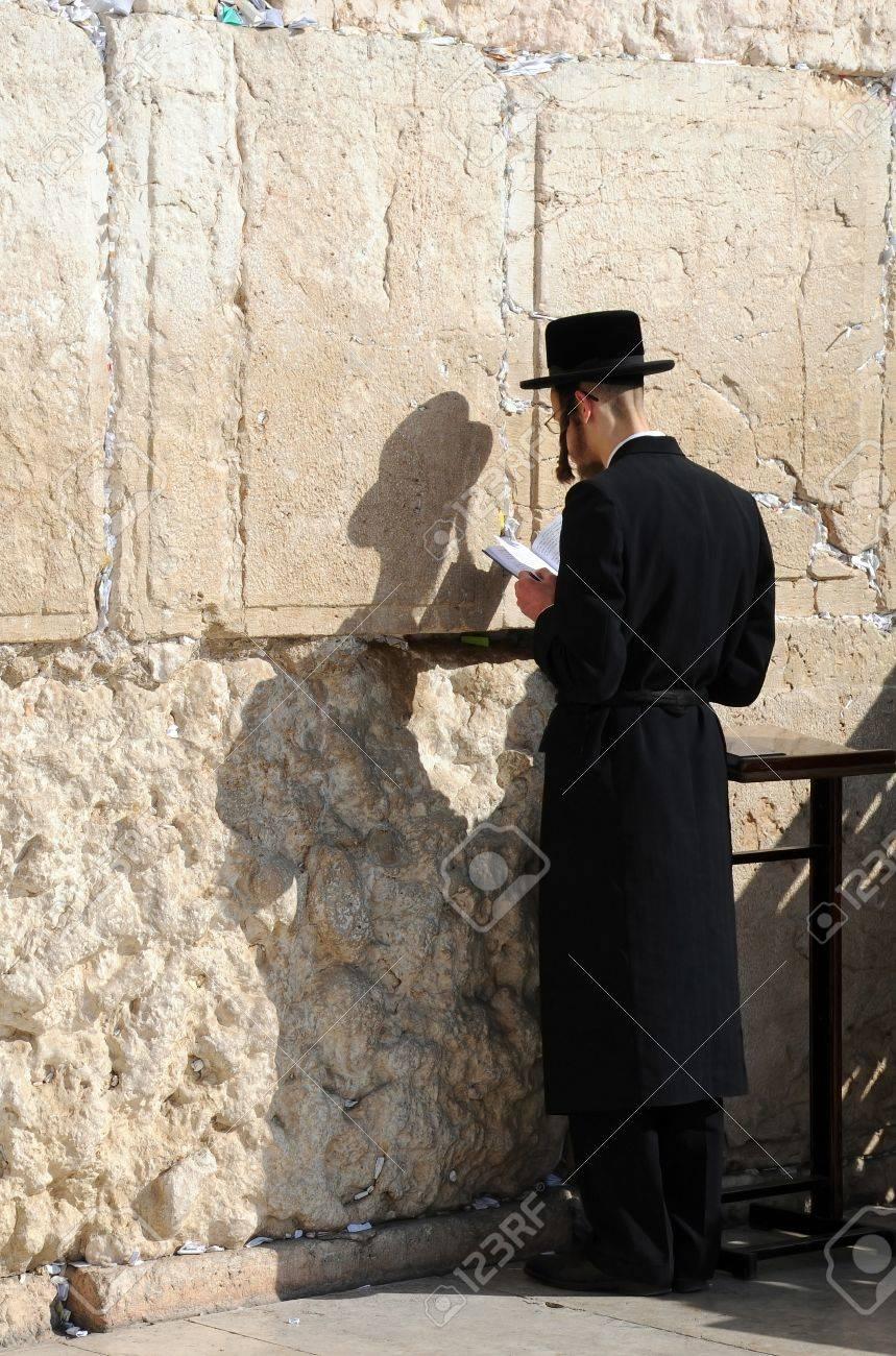 JERUSALEM, Israele - 10 novembre: Worshiper ebrei ortodossi è pregare  presso il muro del pianto 10 novembre 2010 a Gerusalemme, Israele