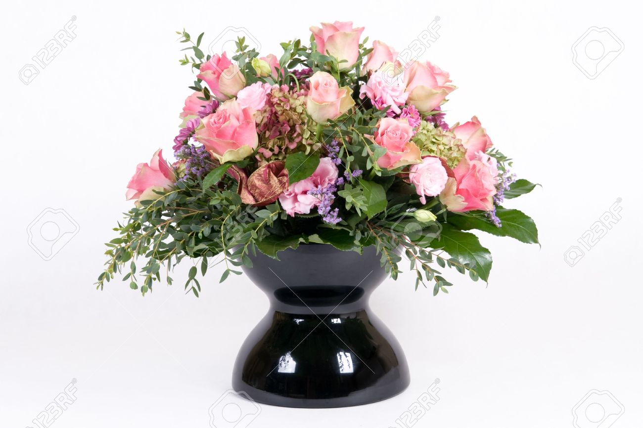 Beautiful bouquet with pink roses in black vase - 3795252