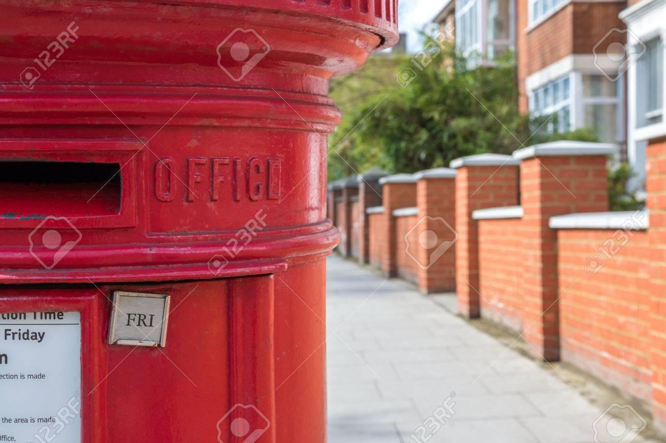 Buzón De Correos Británico Tradicional Contra El Fondo Borroso Terraza De La Casa