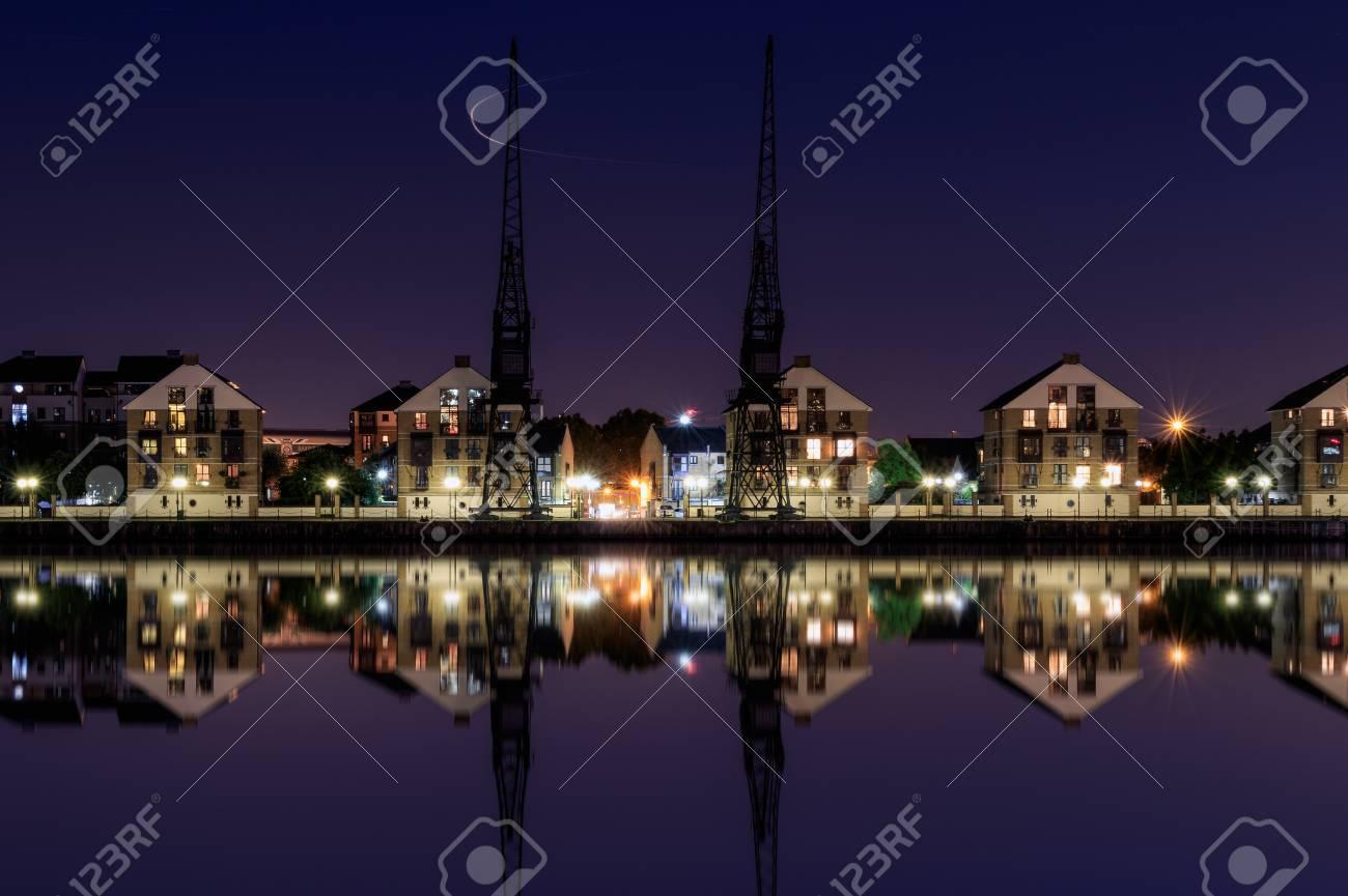 Royal Victoria Dock En Londres En El Crepúsculo Con Grúas De Muelle Y Casas Frente Al Mar En Terrazas