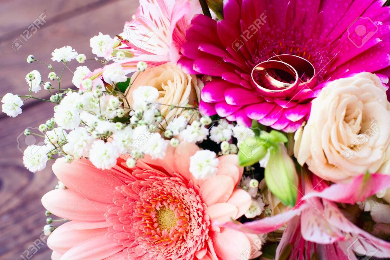 Fleurs Sur La Surface En Bois Déclaration Damour Le Printemps Carte De Mariage La Salutation Saint Valentin Les Anneaux De Mariage Bouquet De