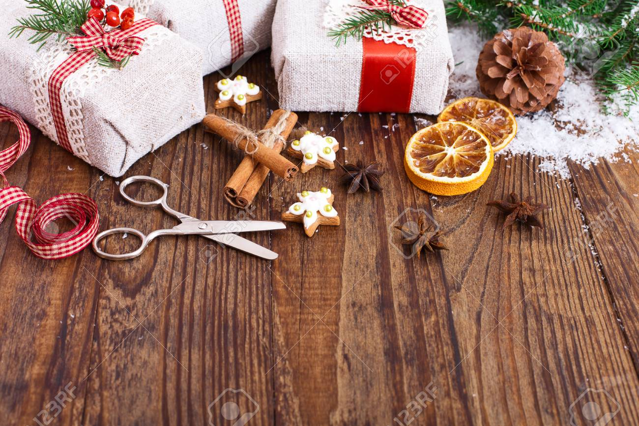 Weihnachten Hintergrund. Handgemachte Geschenk-Boxen In Der Nähe Von ...