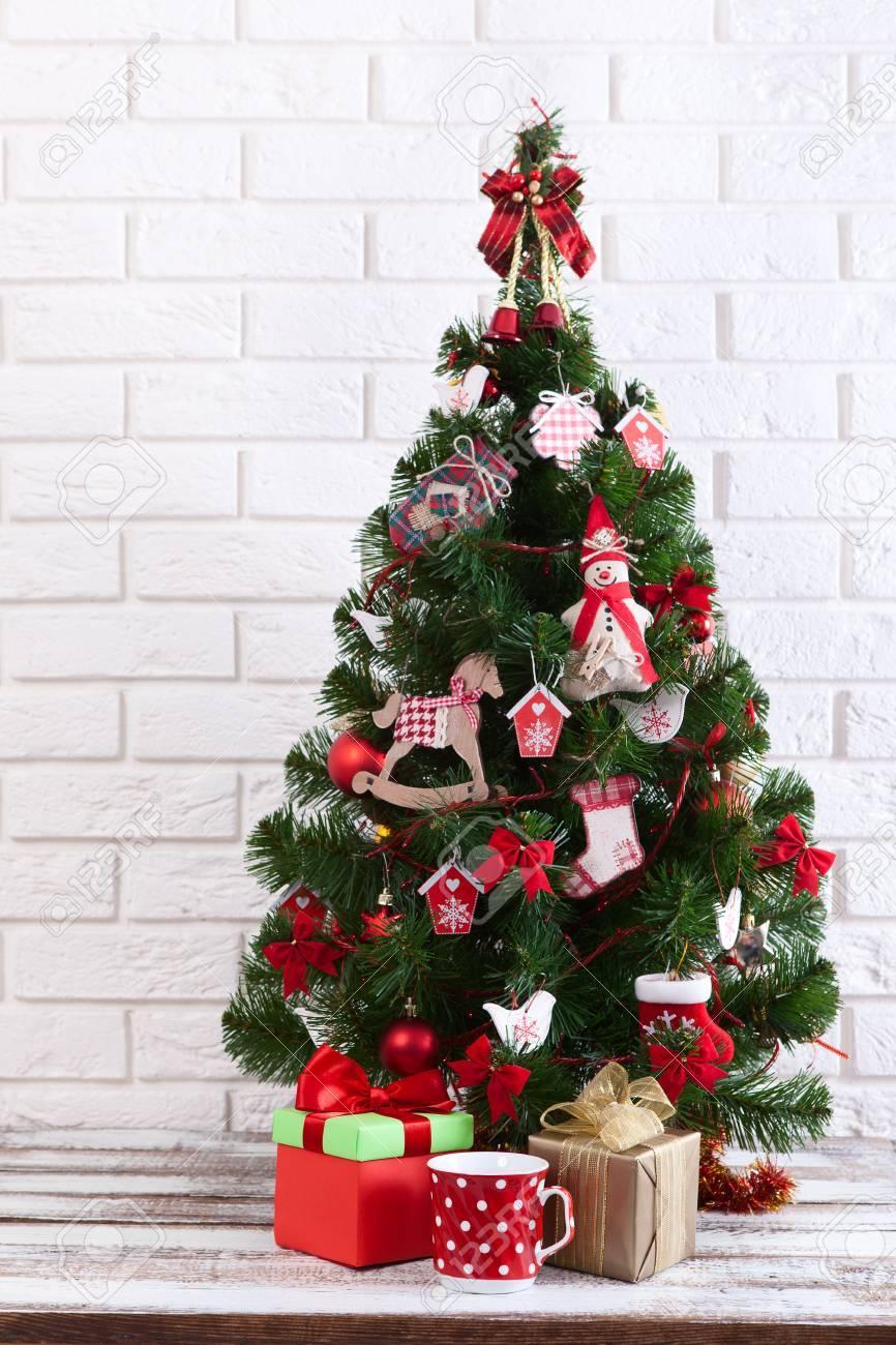 Immagini Di Natale Colorate.Tavolo In Legno Bianco Davanti All Albero Di Natale Colorato Con Scatole Regalo Puo Essere Utilizzato Per La Visualizzazione O Il Montaggio Dei Tuoi